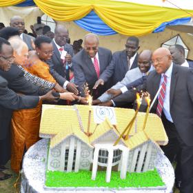 The guests cut the JCRC Silver Jubilee Cake in shape of JCRC Administration Building